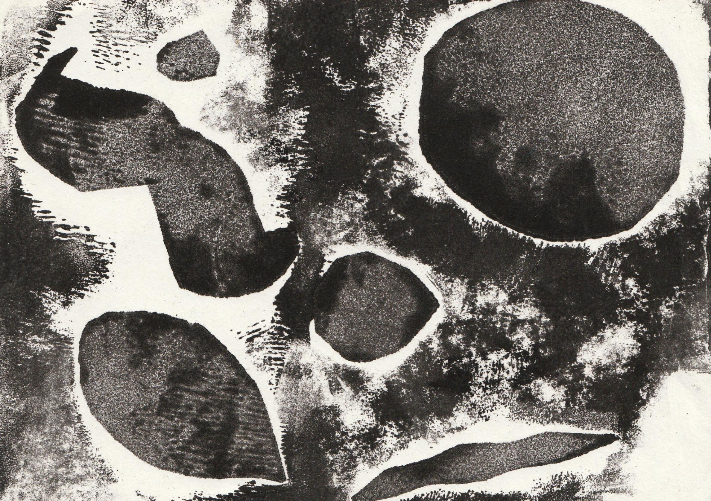 Zīmējums ir abstrakts. Tajā attēloti dažādi abjekti. Zīmējums ir melnbalts.